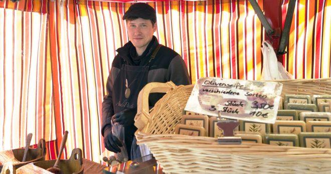 Foto: Andipast in seinem Stand auf dem Markt